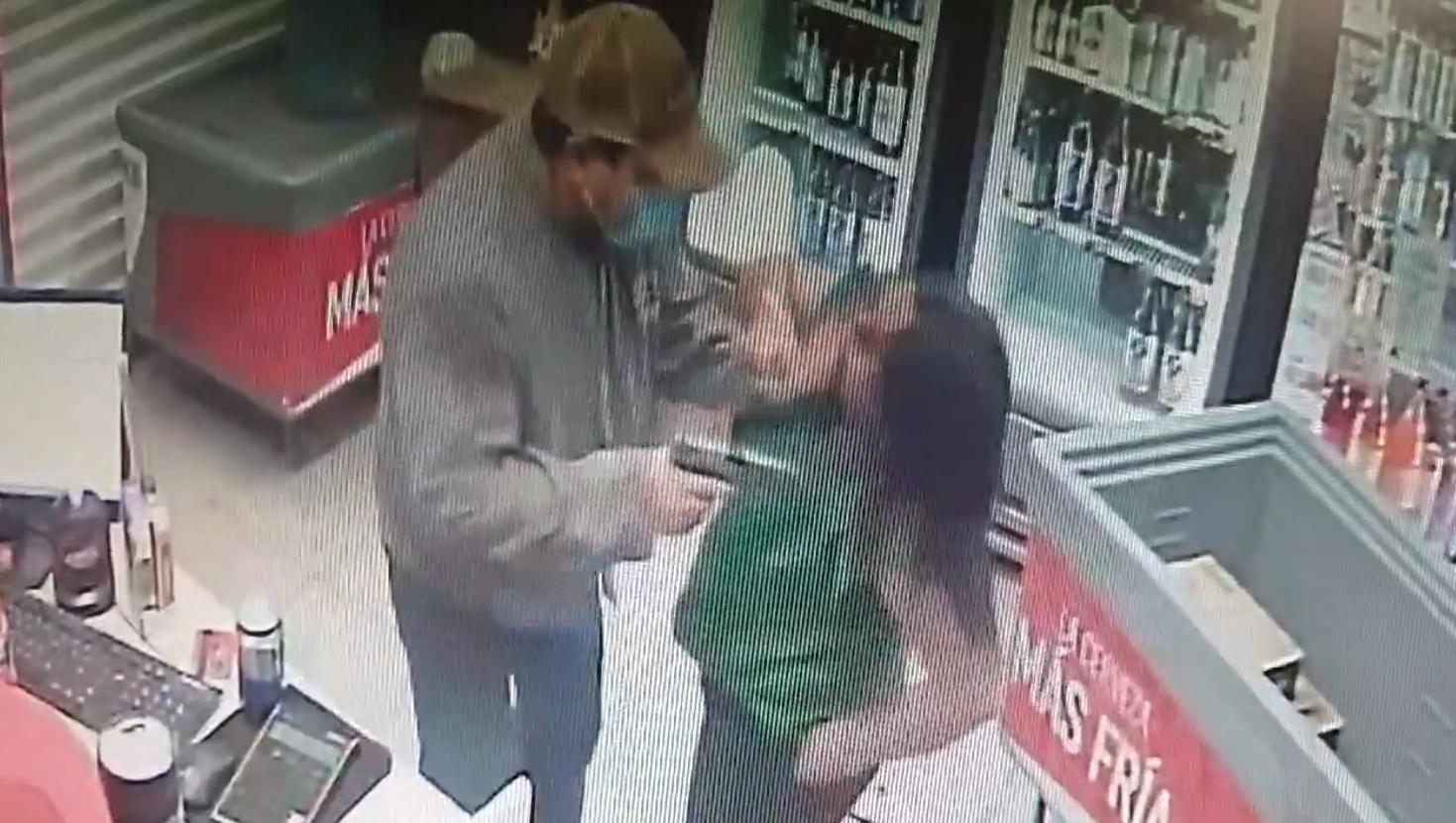 Solitario ladrón amaga a empleada de negocio con arma de fuego