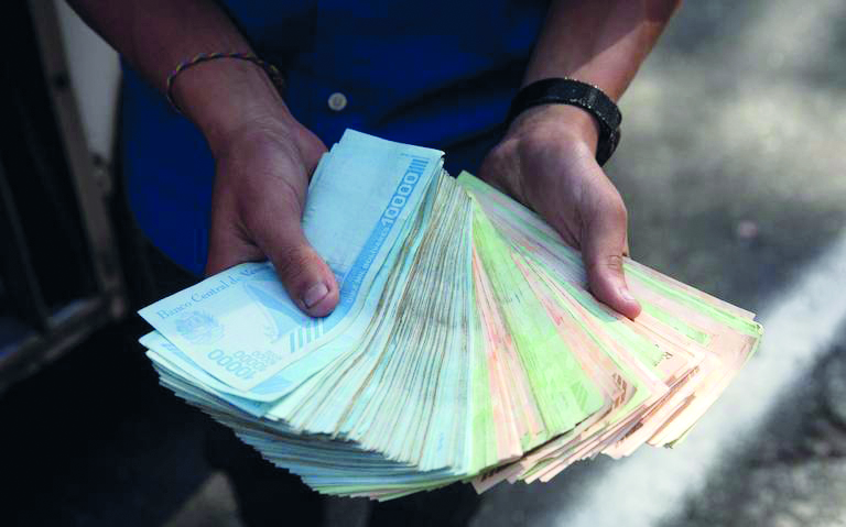 Venezuela le quita seis ceros a su moneda por crisis
