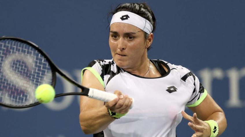 Ons Jabeur vence a Elena Rybakina por su retiro y jugará la final contra Garbiñe Muguruza