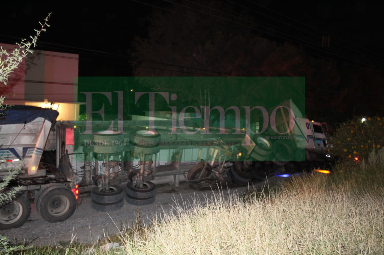 Plataforma de tráiler se vuelca en el boulevard Santa Ceciliade Castaños