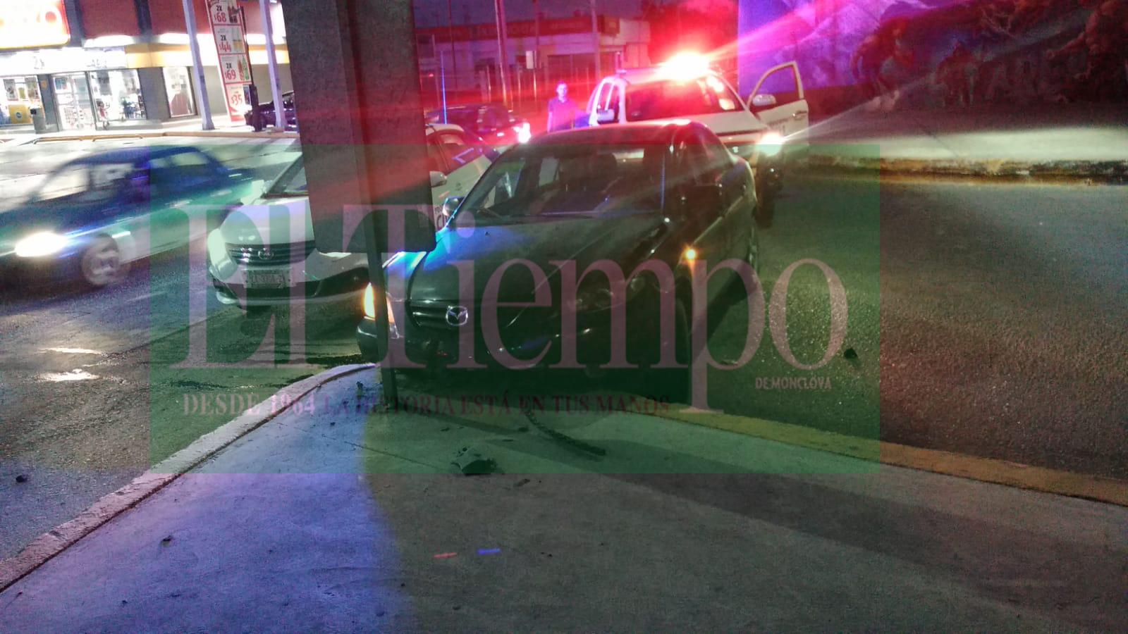 Automóvil termina destrozado al chocar contra camellón central de Monclova