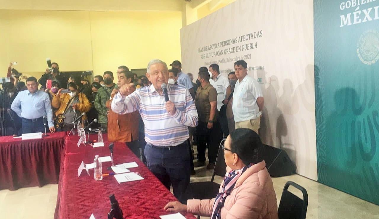Damnificados por 'Grace' irrumpen en evento de AMLO en Puebla