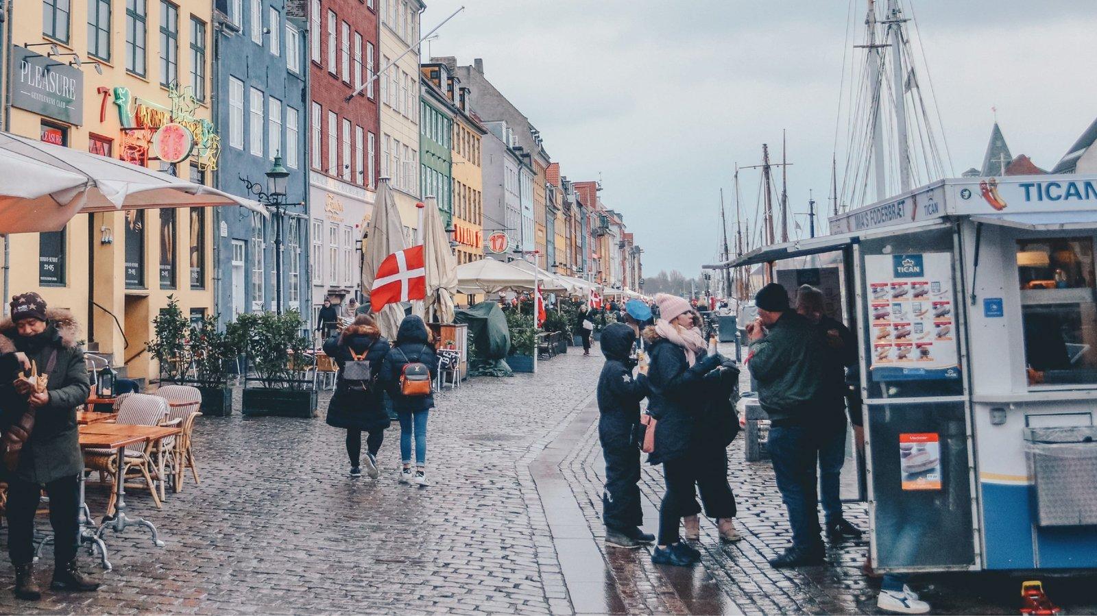 Dinamarca, primer país europeo en poner fin al Covid