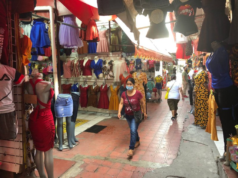 Mujeres compran ropa por internet, ha afectado la economía local en Monclova