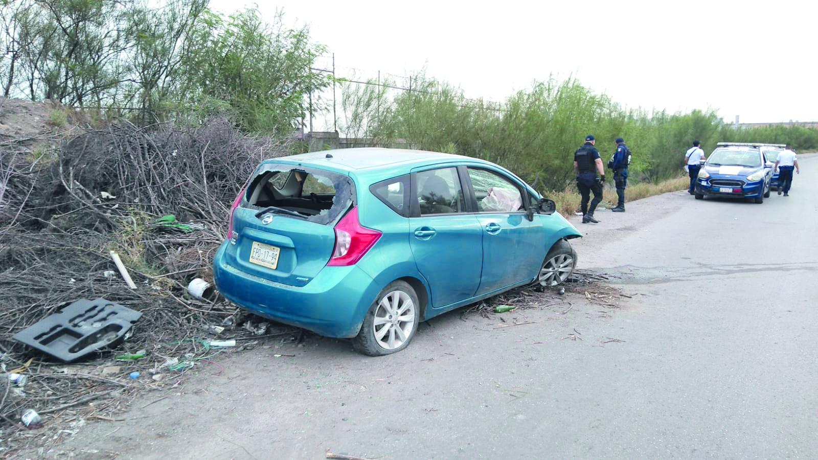 El automóvil vuelca en Monclova y su conductor lo deja