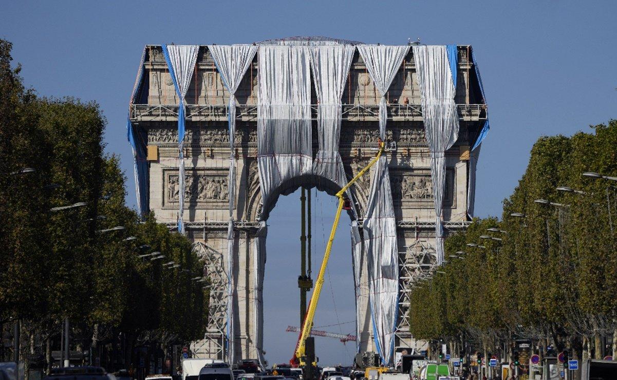 Desenvuelven obra de Christo y Jeanne Claude en el Arco de Triunfo
