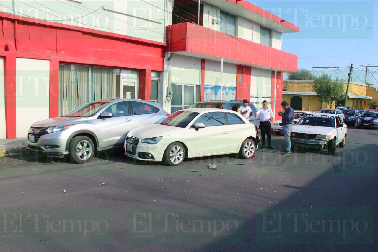 Un taxista protagonizó un choque en Monclova por ir viendo el celular