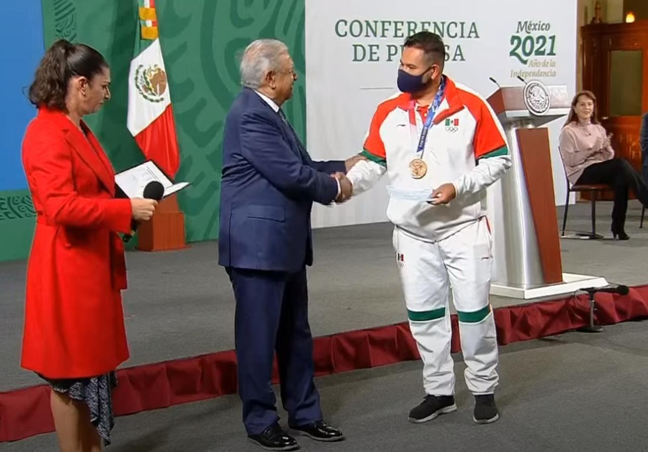 AMLO entrega estímulos a deportistas que participaron en Tokio 2020