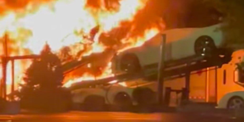 Camión que transportaba varios Corvette C8 se incendia en EU