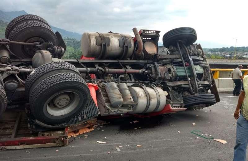 Dos muertos deja fatal accidente con camión carbonero en el entronque Allende-Morelos sobre la 57