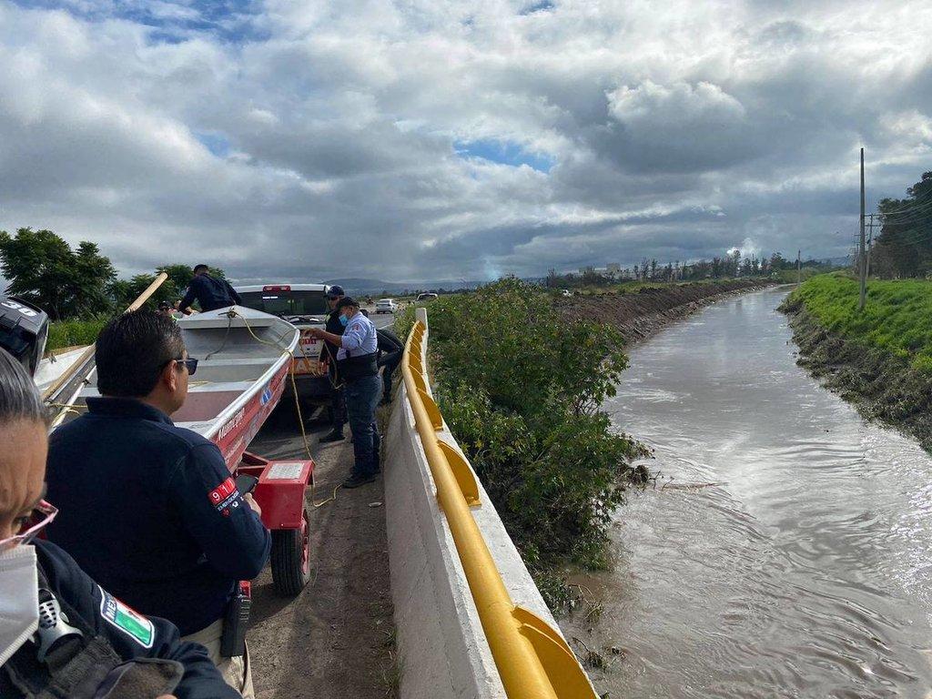 Sigue desaparecido el automovilista que cayó al dren de Candiles