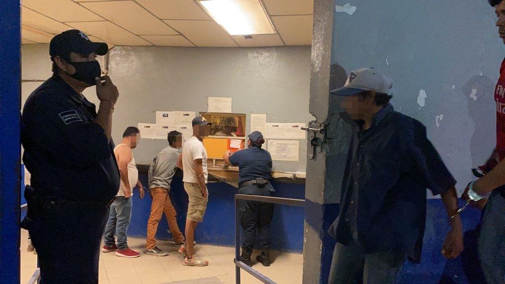 Policías preventivos de Monclova realizan operativo y detienen a varios sujetos