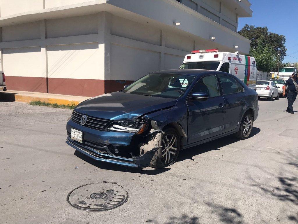 Motociclista se atraviesa y termina arrollado por automóvil en Monclova
