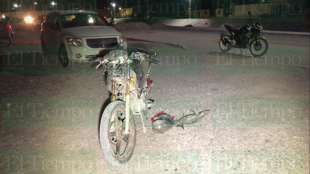 Motociclista se estrella contra bordo de tierra en Monclova