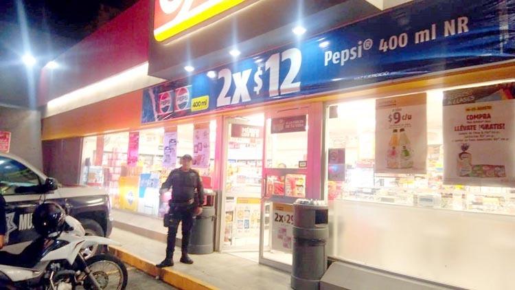 Ladrón se lleva 300 pesos y botella de tequila en atraco a Oxxo de Monclova