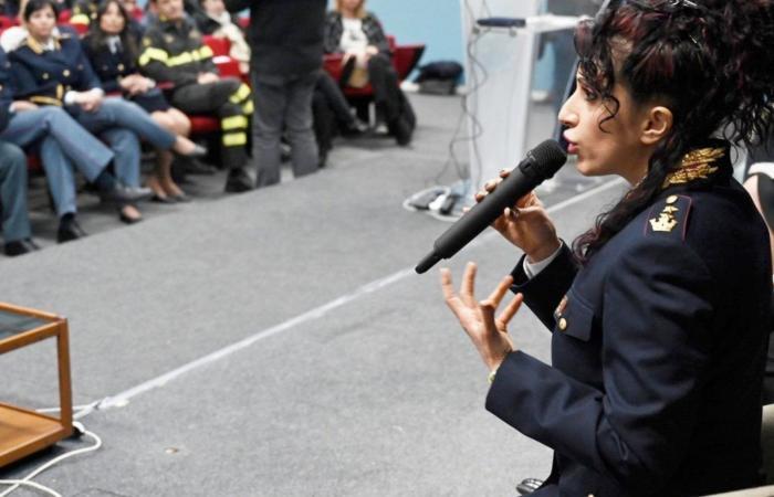 Suspenden de sus funciones a una conocida policía italiana antivacunas