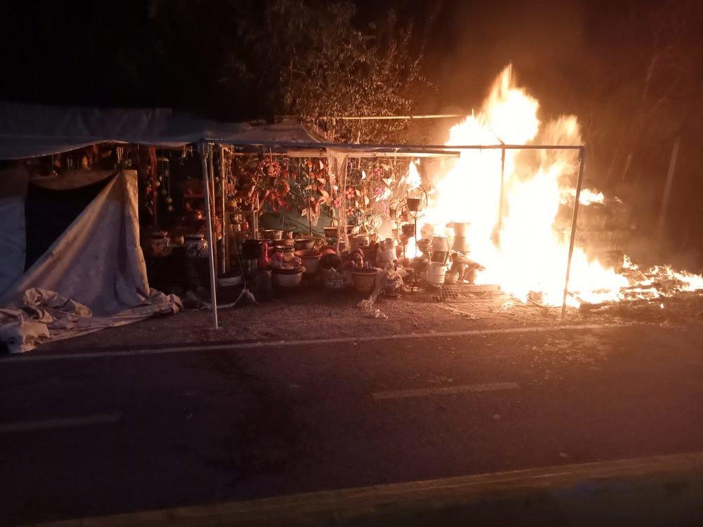 Dos puestos de comida terminan envueltos en llamas en el Ejido 8 de Enero
