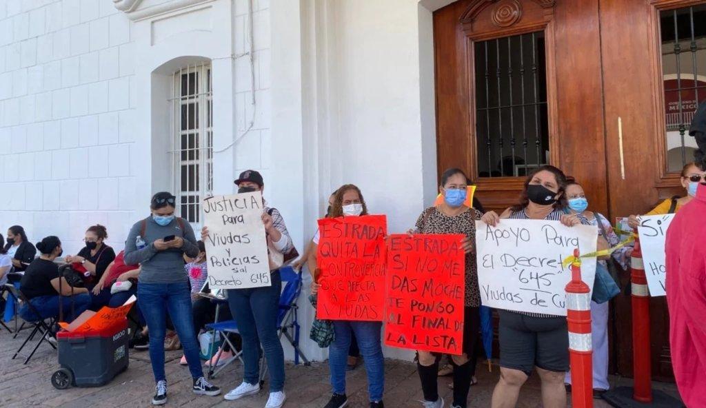 Policías jubilados y viudas bloquean palacio municipal de Culiacán