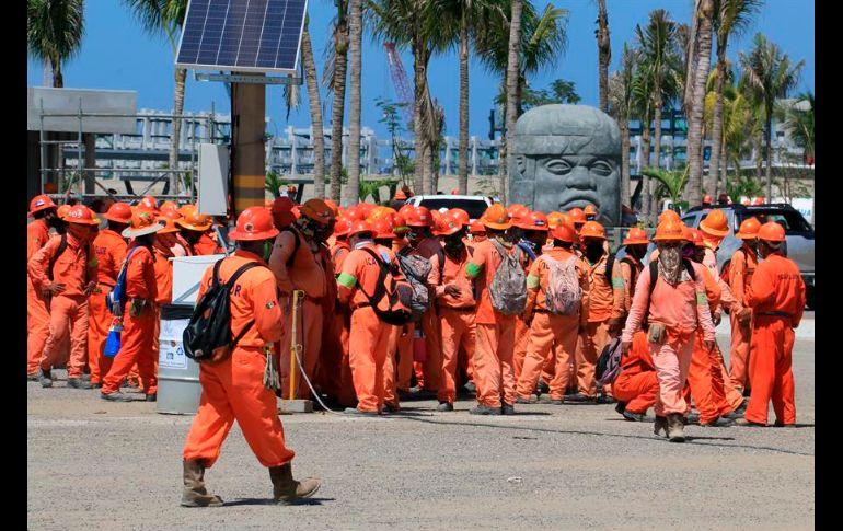 Trabajadores realizan paro de labores en refinería de Dos Bocas