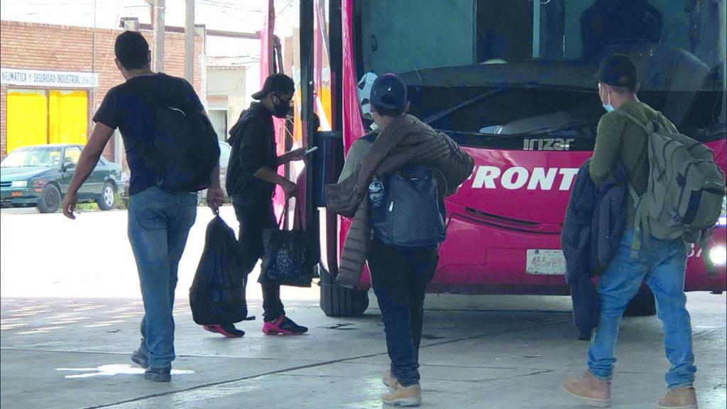 Los deportados de Estados Unidos abarrotan central de autobuses en Sabinas