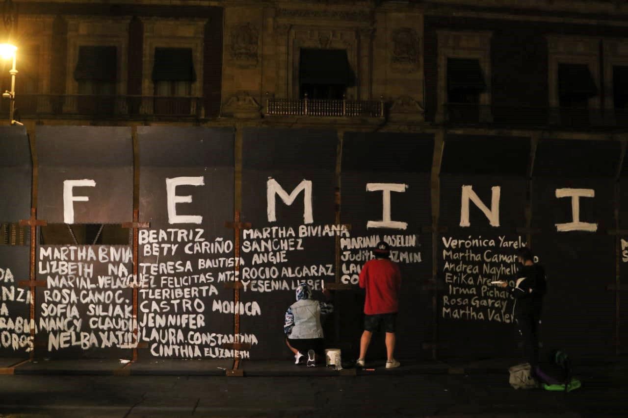 Vallas del Palacio Nacional en memorial de víctimas de feminicidio