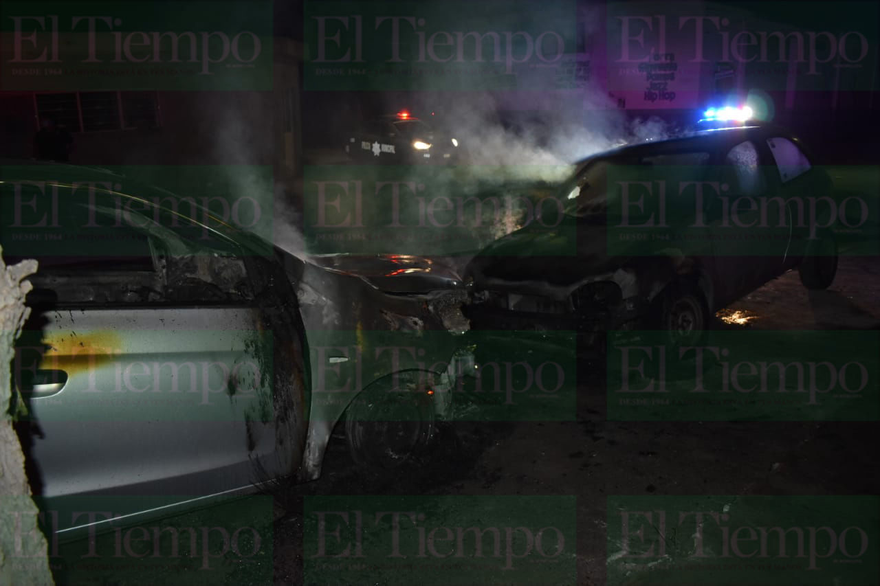 Incendian dos vehículos