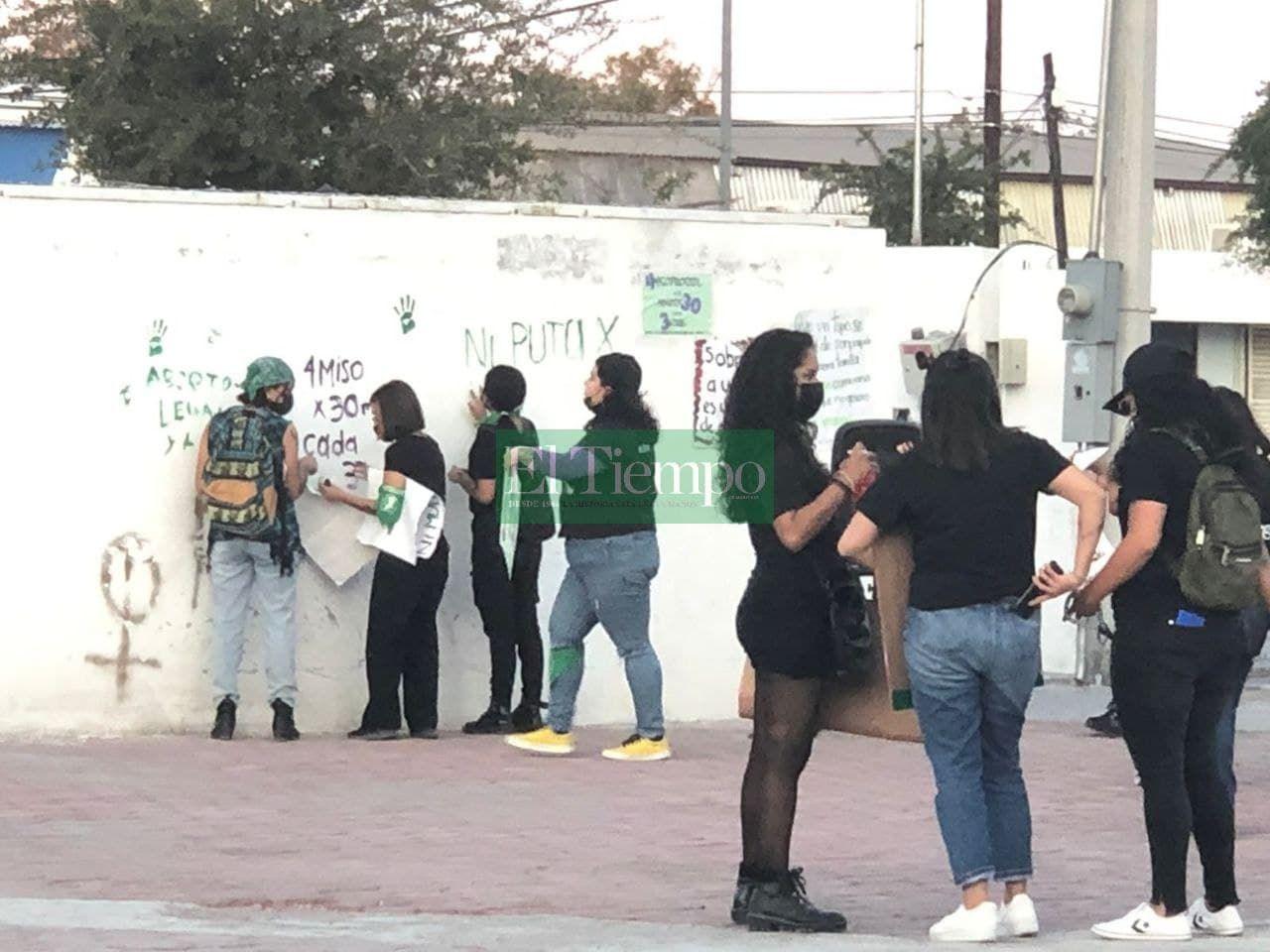 Feministas protestan pacíficamente en la Plaza del Magisterio en Monclova