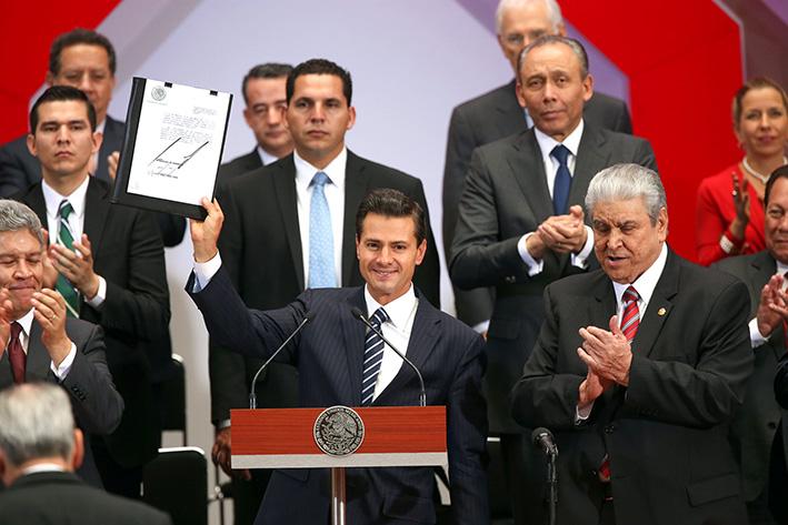 60426148. México, 26 Abr 2016 (Notimex-Presidencia).-  El presidente Enrique Peña Nieto clausuró  la 112ª Asamblea General del INFONAVIT,  donde dijo que este Instituto es el principal motor del desarrollo habitacional de México, y prueba de ello es que hoy otorga 7 de cada 10 créditos de vivienda en el país. NOTIMEX/FOTO/PRESIDENCIA/FRE/POL/