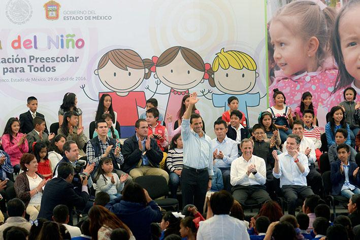 60429090. San Mateo Atenco, Méx., 29 Abr 2016 (Notimex-Presidencia).- En el marco de celebración del Día del Niño, el presidente Enrique Peña Nieto convivió con niñas y niños de este municipio del estado de México. NOTIMEX/FOTO/PRESIDENCIA/COR/POL/