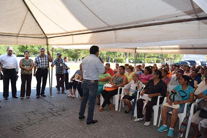 El Alcalde Amador Moreno López, entregó un total de 600 paquetes de focos a los beneficiarios.