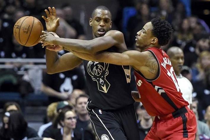 Bucks abruman a Raptors y lideran 2-1 en la serie