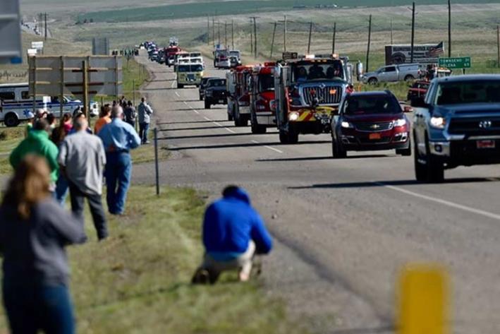 Hombre dispara 'cuerno de chivo' mientras conduce por autopista
