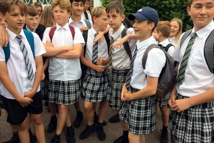 Niños británicos usan falda en la escuela para soportar ola de calor