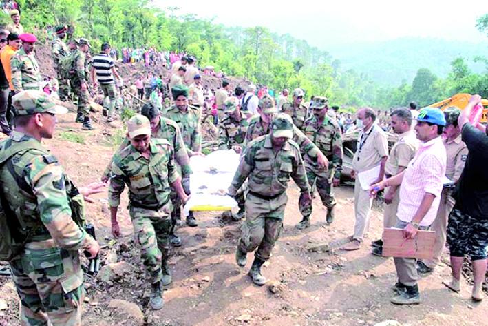 Al menos 45 muertos tras deslizamiento de tierra en carretera — India