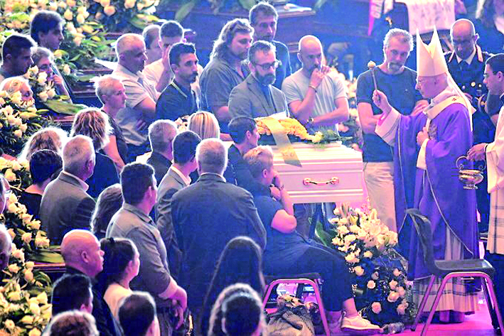 En medio de una aguda polémica, entierran víctimas del siniestro en puente de Génova, Italia